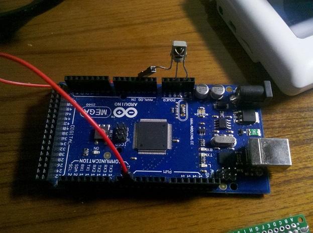 演示: 原理: 通过USBASP给Arduino板载的usb转串口芯片刷入新的固件,使其连接电脑时能被识别为键盘。PPT程序打开时,F5键为从头开始放映,方向键右为下一张,方向键左上一张,ESC键为退出放映。目前实现了这么四个键,还可以扩展,源码简单,其余靠各位想象吧。 所需物品: 1.