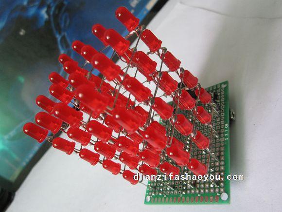 手工DIY电子小制作--教你如何使用万能板设计并制作的详细教程 一次一次的被万能板折磨,至今快成为万能板的杀手了,只要你敢做,就能想的出来,而不是想的出来就做的出来,面对下面的种种电子制作,头有点晕,但是焊接万能板的思路确实那么的清醒清醒,10次成功率高达99%,为啥还有一次不成功,因为直接照图片焊接,原理有误,最简单的P0口没接上拉电阻,烧上程序却不成功,总以为焊接短路,直觉第一调试程序。,第二检查焊