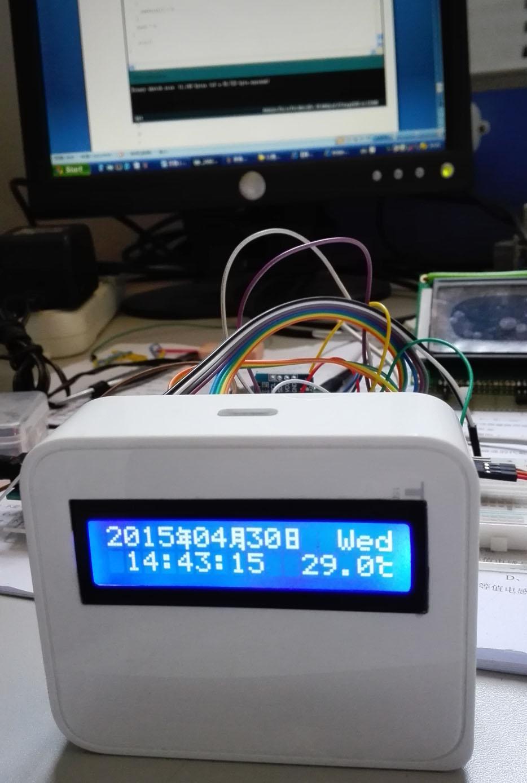 DS3231是美信品牌型号,中国地区代理价格单片为20元左右。 DS3231是低成本、高精度I2C实时时钟(RTC),具有集成的温补晶振(TCXO)和晶体。该器件包含电池输入端,断开主电源时仍可保持精确的计时。集成晶振提高了器件的长期精确度,并减少了生产线的元件数量。DS3231提供商用级和工业级温度范围,采用16引脚300mil的SO封装。 RTC保存秒、分、时、星期、日期、月和年信息。少于31天的月份,将自动调整月末的日期,包括闰年的修正。时钟的工作格式可以是24小时或带/AM/PM指示的12小时格