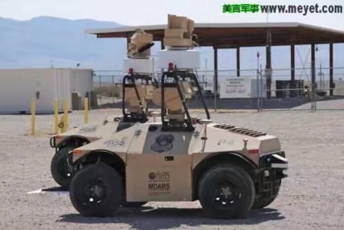 守卫二十九棕榈村美海军陆战队空军基地的MDARS机器人。